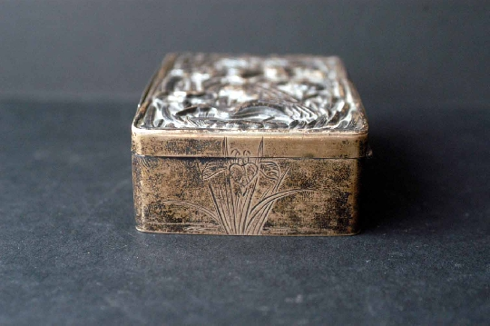 JAPANESE SILVER BOX, ÍRIS signed 19th 2.8*6*8.2 cm. foto 2