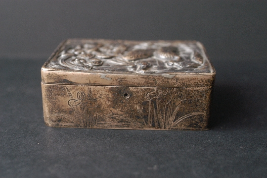JAPANESE SILVER BOX, ÍRIS signed 19th 2.8*6*8.2 cm. foto 3