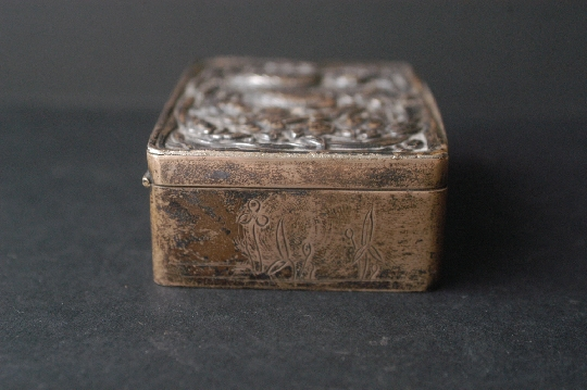 JAPANESE SILVER BOX, ÍRIS signed 19th 2.8*6*8.2 cm. foto 4